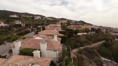 Aerial. Flying over the houses in the mountains Pacific Palisades .California — Stock Video