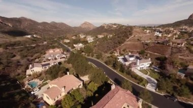 Aerial. Flying over the houses in the mountains Pacific Palisades California — Stock Video