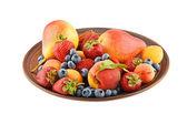 Seramik plaka üzerinde beyaz izole meyve ve çilek karışımı — Stok fotoğraf