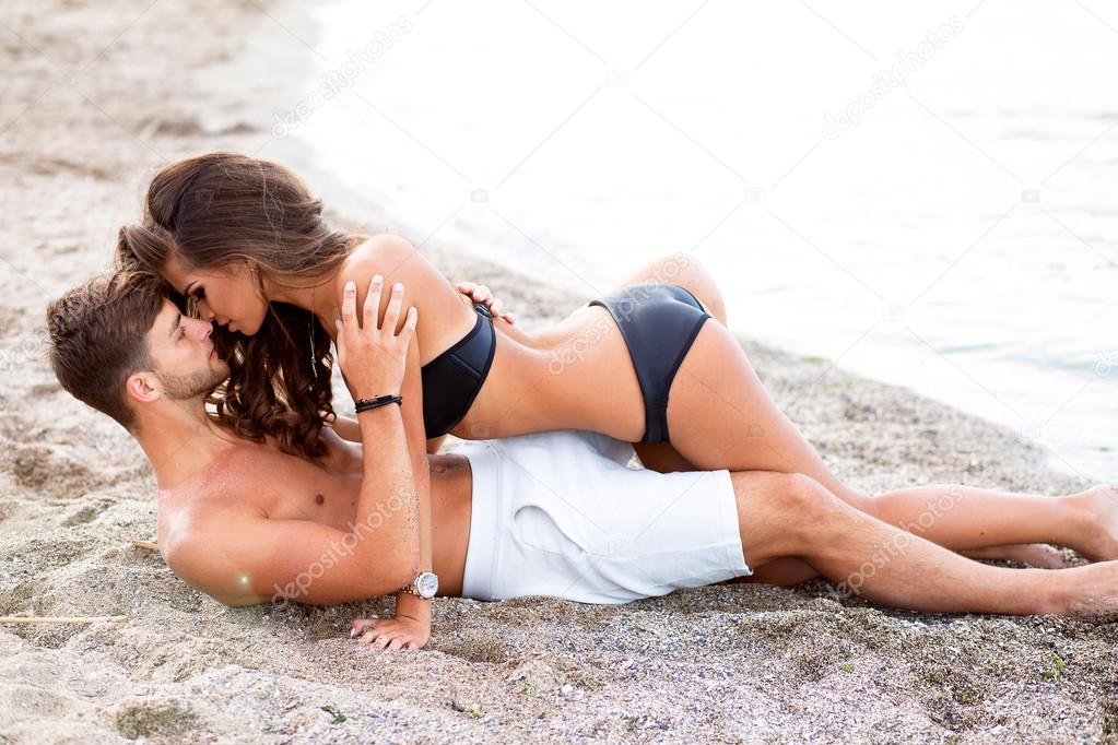 beautiful girls kissing on beach № 200712