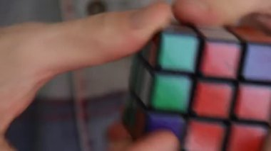 Man solving rubiks cube — Stock Video