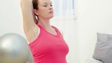 Стречинг Упражнения для беременных — Стоковое видео