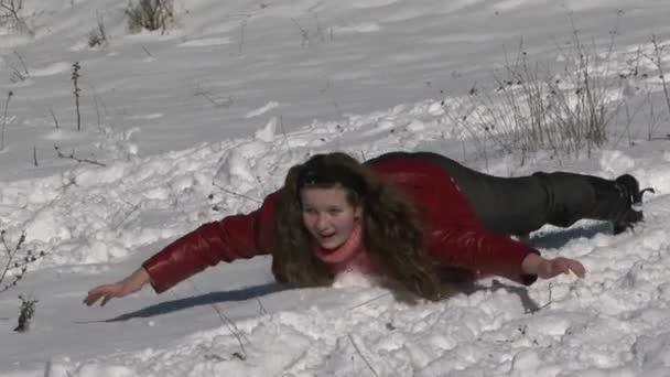 Trineo con un tobogán de nieve — Vídeo de stock