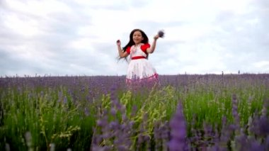 Girl in a field of lavender fun screams and slaps hands. — Stock Video