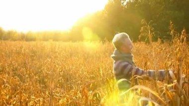 Молодая пара счастлива солнце — Стоковое видео