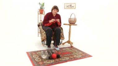Kobieta siedzi i dzianiny prezent — Wideo stockowe