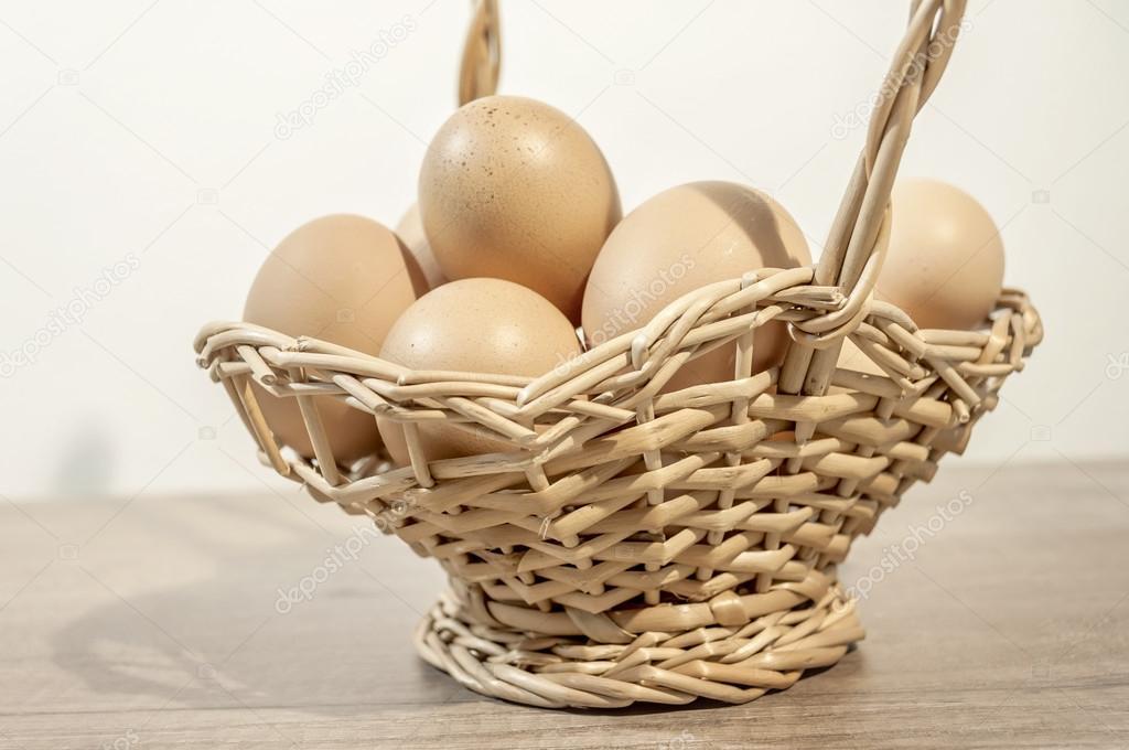 흰색 배경으로 나무 테이블에 나무 바구니에 많은 계란 — 스톡 ...