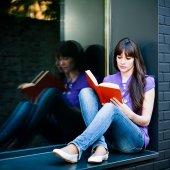 Žena čte knihu — Stock fotografie