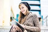 Kvinna med en digital tablet — Stockfoto