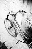 Duvara yaslanmış bisiklet — Stok fotoğraf