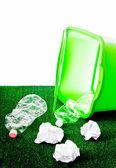 Mülleimer Kunststoff-Flaschen und Papiere — Stockfoto