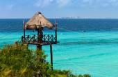 Torre de palha sobre o mar azul — Fotografia Stock