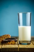 Cupcakes and milk — Stock Photo
