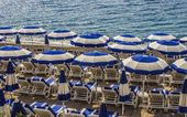 Beach umbrellas and deck chairs — Stock Photo
