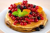 Pfannkuchen mit Beeren und Früchte: Apricot, rot, schwarze Johannisbeere — Stockfoto
