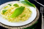 Alho-porro selvagem com arroz basmati de açafrão e limão — Fotografia Stock
