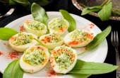 Ovos com queijo, alho-porro selvagem e páprica — Fotografia Stock