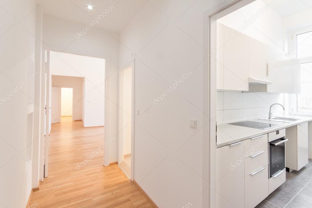 Renovierte Wohnung, Flur und Küche, weiße Wände und aus Holz ...