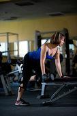 Mulher treinando na Academia — Fotografia Stock