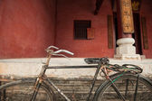 Old bicycle parked in front of an ancient temple, China — Stock Photo