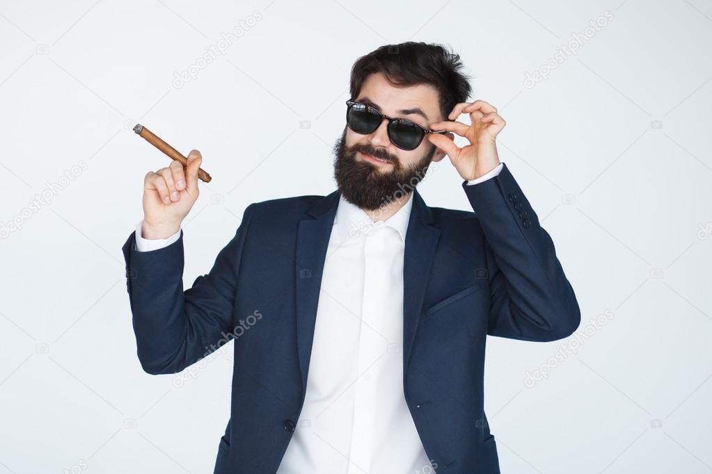 бородатый мужик в солнцезащитных очках