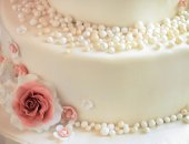 Sugar roses with pearls on the cake closeup — Stock Photo