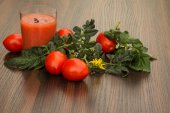 Glass of tomato juice and tomato with leaves — Stock Photo