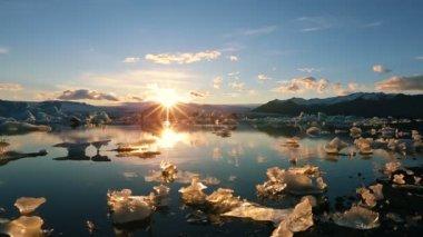 Sunset Over Glacier Iceberg Lagoon. Global Warming Concept. — Stock Video