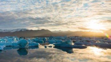 Incroyable laps de temps de la dérive des Icebergs et le lever du soleil. — Vidéo