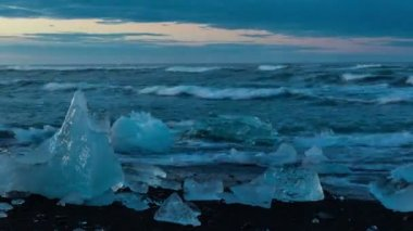 Sunset Time Lapse of Small Icebergs on Black Sand Beach — Stock Video