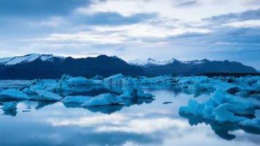 Laps de temps crépusculaire orageuse avec les Icebergs à la dérive. — Vidéo