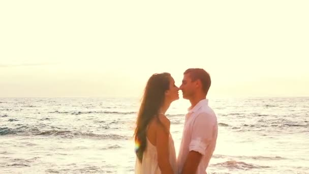 Amantes de la playa pareja — Vídeo de stock