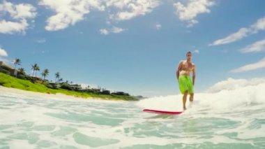Surfer glimlachen — Stockvideo