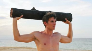 Fit Young Man Exercising on Beach. Crossfit Work Out. Healthy Active Lifestyle. — Vídeo de Stock
