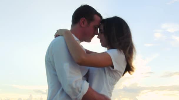 Hermosa joven pareja besándose. Romance de la luna de miel. — Vídeo de stock