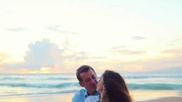 Apasionada pareja de enamorados al atardecer de playa — Vídeo de stock