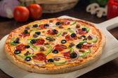 Close-up de uma pizza suprema só assada incrível feita com ingredientes jardim pelo melhor chef — Fotografia Stock
