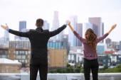 首都のダウンタウンのスカイラインの成功栄光を祝う男女共学の同僚のビジネス リーダー — ストック写真