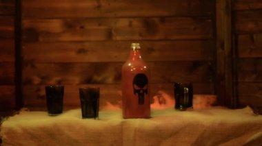 Kouzla v antické lahví nad černým pozadím a kouř — Stock video