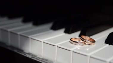 Wedding rings on the piano — Stock Video