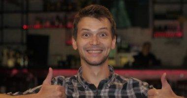 Homem feliz minha aprovação, dedo médio, rocha — Vídeo stock