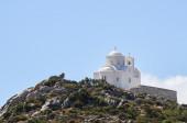 Krásný řecká pravoslavná církev na vrcholu hory, samostatný — Stock fotografie