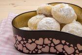 Cookies in poedersuiker op katoen geruite servet — Stockfoto