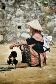 Asian woman sitting with dog — 图库照片