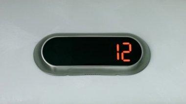 Digitalanzeige Ergebnis Boden Anzahl. Aufzug hinab in den ersten Stock — Stockvideo