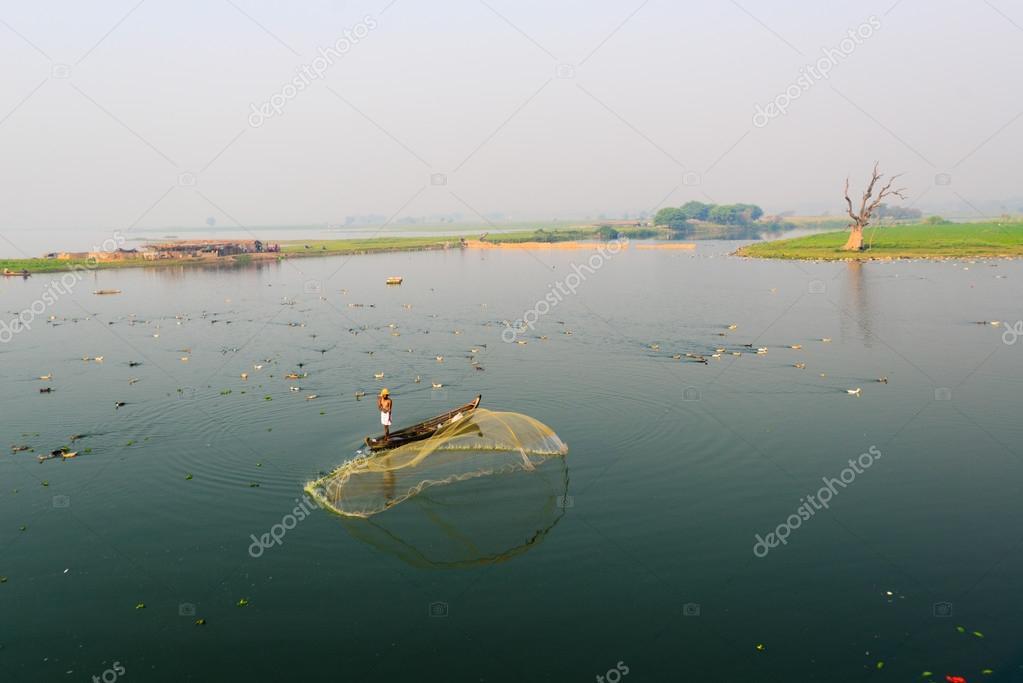 ученый с сачком для ловли рыб это