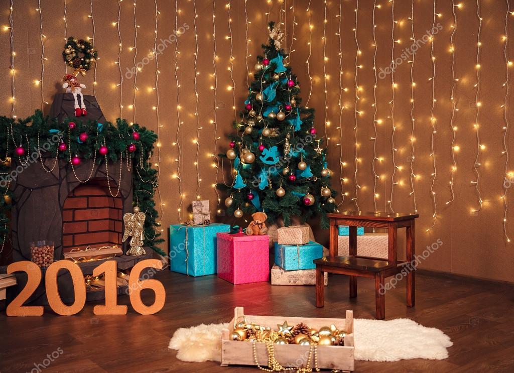 Sala de navidad diseño de interiores, árbol de navidad adornado ...