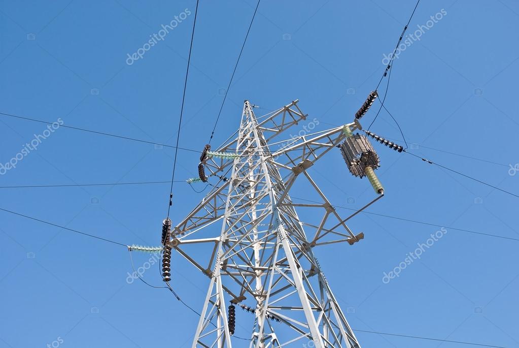 蓝蓝的天空的背景上的电塔– 图库图片