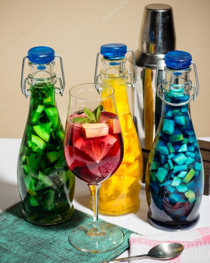 Felle kleuren fruit cocktails limonade bar shaker studio foto geschilderd stockfoto - Kleur grijze ruimte ...