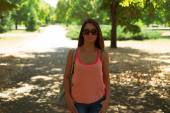 Woman with sunglasses posing in park — Stock Photo